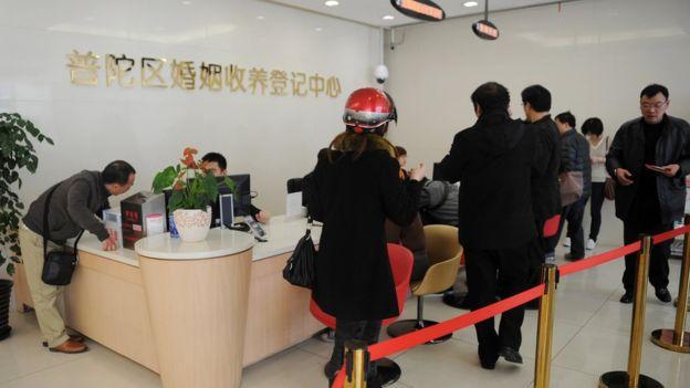 Шанхайцы в очереди за разрешением на брак или развод